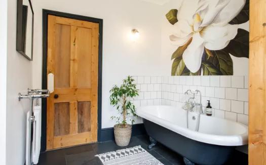 一个简单的浴室可以从温暖的木头和一幅花壁画中的搭配。